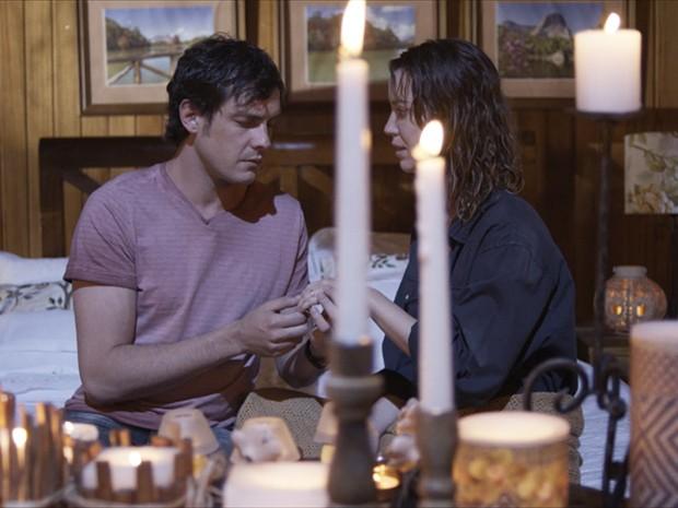 Caíque coloca o anel de noivado no dedo de Laura (Foto: TV Globo)