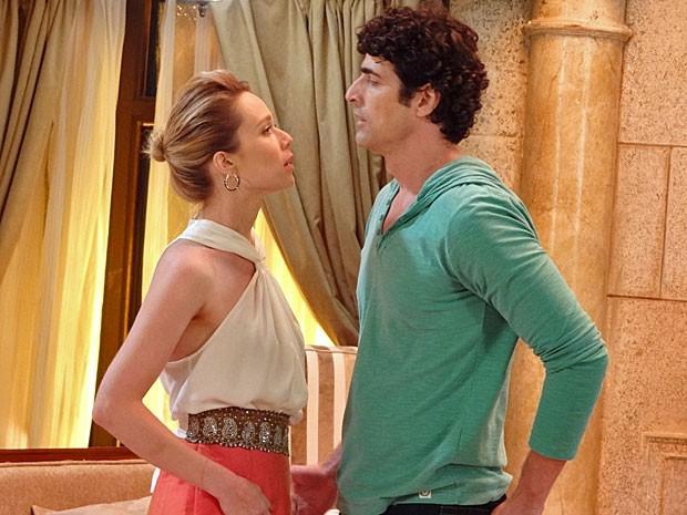 Juliana fica com água na boca, e Nando quase não consegue resistir (Foto: Guerra dos Sexos / TV Globo)