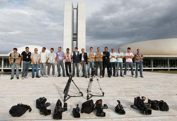 Cinegrafistas e fotógrafos baixam seus equipamentos no pé da rampa do Congresso Nacional para pedir o fim da violência contra jornalistas nos protestos e em homenagem ao colega morto Santiago Ilídio Andrade (Foto: Alan Marques / Folhapress)