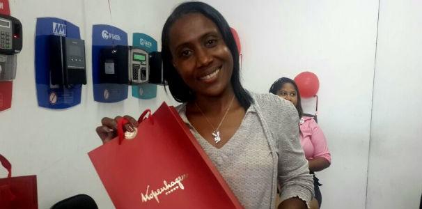 Mais uma colaboradoras foi sorteada com um dos kits de chocolate (Foto: Divulgação/ Marketing OAM)