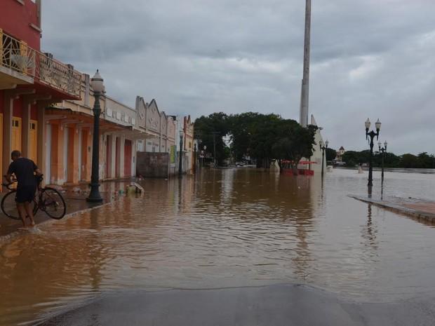 Calçadão da Gameleira está tomado pelas águas do Rio Acre. (Foto: Rose Farias/Secom)