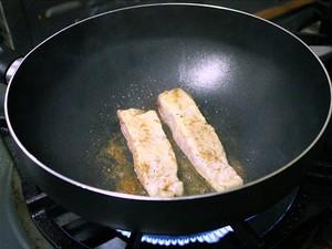 Pirarucu e a banana devem ser fritos antes da montagem do sushi  (Foto: Leandro Tapajós/G1 AM)