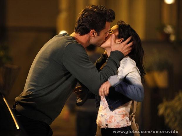 Ivan rouba um beijo de Valdirene (Foto: Amor à Vida/TV Globo)