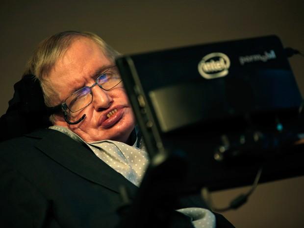 Físico Stephen Hawking participa de coletiva de imprensa para anunciar novo prêmio para comunicação científica nesta quarta-feira (16)  (Foto: Adrian Dennis/AFP)