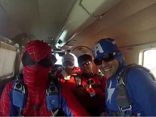 Papai Noel, paraquedas, salto solidário, Natal, Ação social, Macapá, Amapá (Foto: Jorge Abreu/G1)