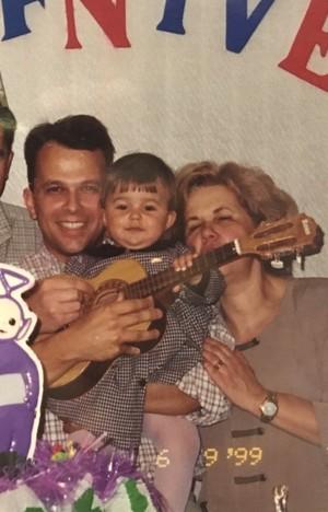 Carol Vianna quando criança com os pais (Foto: Arquivo Pessoal)