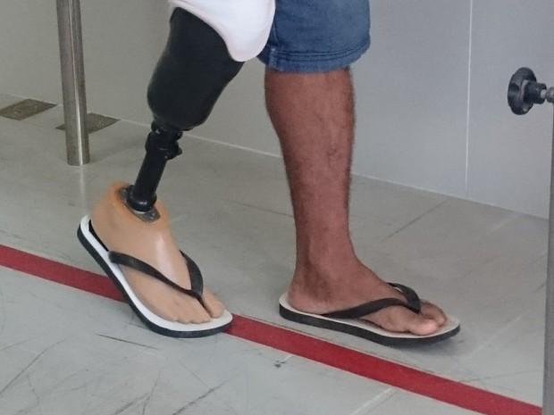 Indígena deu os primeiros passos com a prótese em Sorocaba (Foto: Natália de Oliveira/G1)