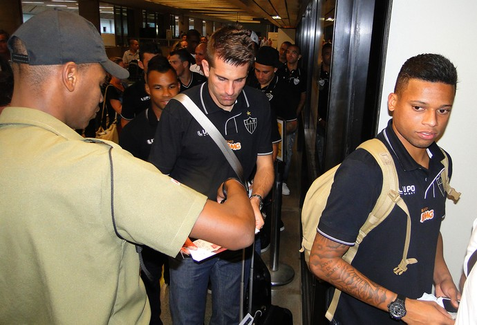 Victor e André embarque Atlético-MG (Foto: Mauricio Paulucci)