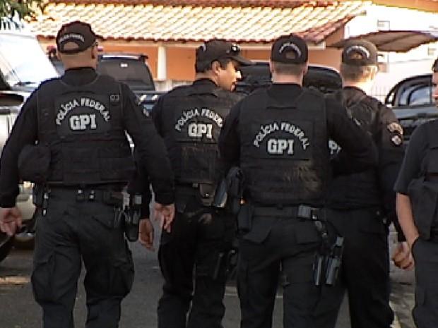 Policiais federais durante operação Gravata em Rio Preto (Foto: Reprodução / TV Tem)