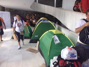 Manifestantes dormiram em barracas dentro da Assembleia (Foto: Daiane Baú/ G1)