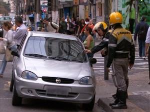 Agentes da Emdec orientam motorista em rua de Campinas (Foto: Reprodução / EPTV)
