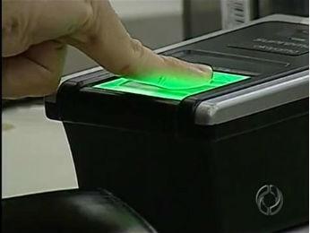 Sistema biométrico de identificação dos eleitores passará a ser utilizado em Londrina e em Tamarana a partir das eleições em 2014 (Foto: Reprodução/RPCTV)