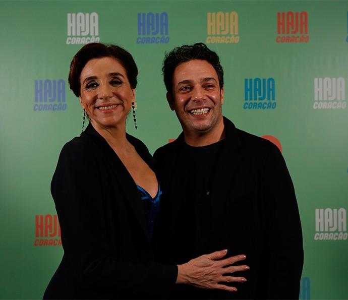 Marisa Orth e Marcelo Médici se divertem e posam para os fotógrafos no evento que lança a nova novela das 7, 'Haja Coração' (Foto: Ellen Soares/ Gshow)