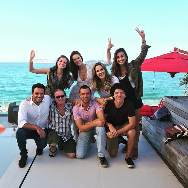 Alessandra Ambrosio posa com elenco de Verdades Secretas (Foto: Instagram / Reprodução)