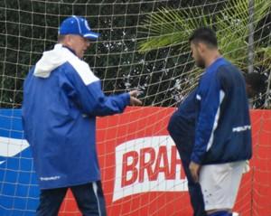 Mano Menezes tem longa conversa com Vinícius Araújo no treindo desta quarta-feira (Foto: Maurício Paulucci)