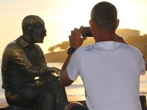 Carlos Drummond de Andrade – Instalada em 2002 no calçadão de Copacabana, na altura do posto 6, é a campeã de popularidade entre os turistas. Fica a 10 metros da água do mar, sobre um banco comum, com espaço para os fãs posarem para fotos a seu lado. (Foto: José Raphael Berrêdo / G1)