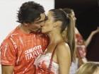 Giba beija muito em camarote na Sapucaí e brinca com paparazzo