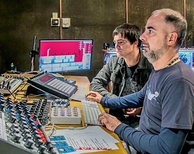 Samuel Rosa  e o produtor  musical Dudu  Marote (Foto:  )