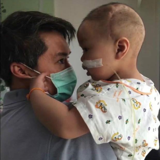 Einz passou a maior parte de sua vida em um hospital de Bangcoc  (Foto: BBC)