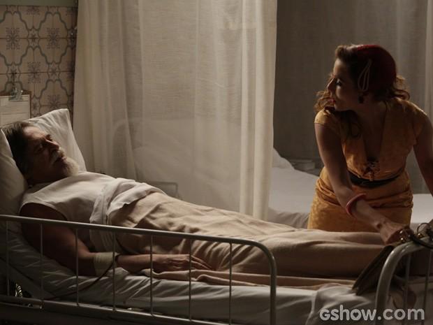 Dália teme que Ernest tenha outro infarto se souber que a neta foi sequestrada (Foto: Fábio Rocha/ TV Globo)