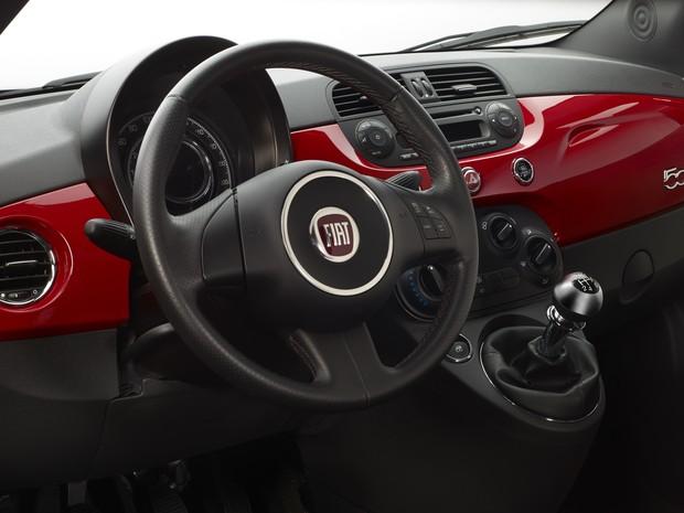 Apesar do novo motor, internamente o Fiat 500 MultiAir Flex Sport não sofreu alterações (Foto: Divulgação)