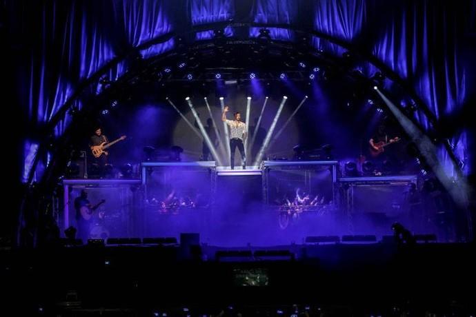 Luan Santana em sua nova turnê A Caixa, os fãs podem assistir ao show do palco (Foto: Divulgação)