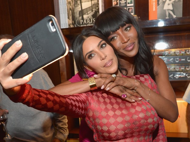 Kim Kardashian e Naomi Campbell em evento em Los Angeles, nos Estados Unidos (Foto: Charley Gallay/ Getty Images/ AFP)