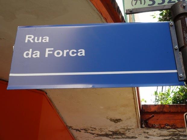 Placa identificando a rua da Forca, no bairro da Piedade, em Salvador (Foto: Naiá Braga/G1 BA)