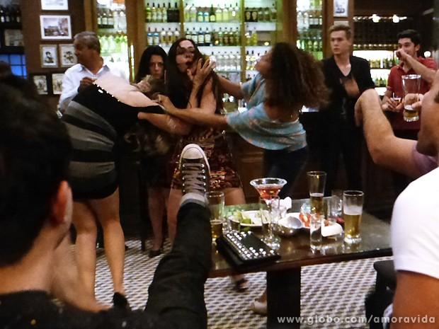 As duas engalfinham com força! (Foto: Amor à Vida / TV Globo)