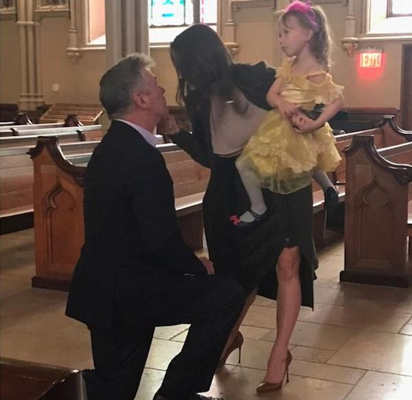 O ator Alec Baldwin pedindo a esposa em casamento pela 2ª vez (Foto: Instagram)