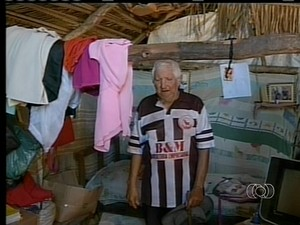 A aposentado Mariano nao recebeu a casa do programa Minha casa Minha vida (Foto: Reprodução/TV Anhanguera TO)