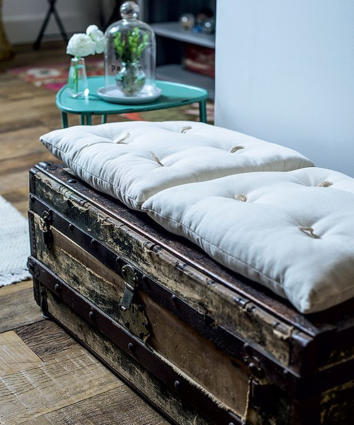 O baú antigo ganha um par de almofadas e vira um perfeito sofá para acomodar convidados extras (Foto: Foto Ricardo Corrêa | Realização Cláudia Pixu | Produção Michele Moulatlet)