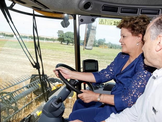 Dilma pilota uma colhetadeira durante evento no MT que marca o início da colheita da safra 2013/2014 (Foto: Roberto Stuckert Filho/PR)