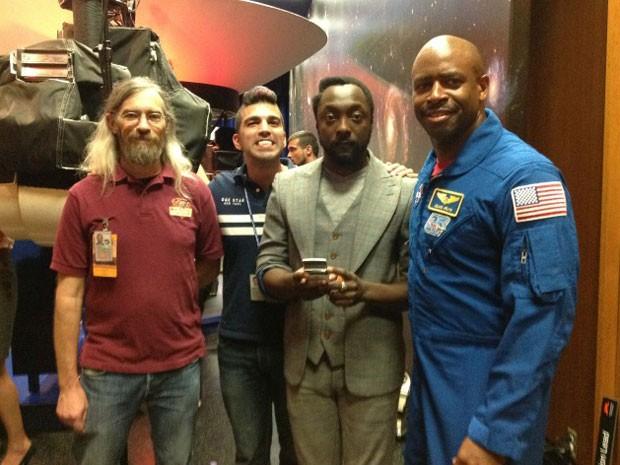O músico will.i.am (de terno cinza) com o astronauta Leland Melvin e a equipe responsável pelo Curiosity (Foto: Reprodução)