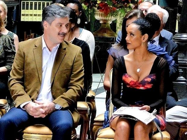 Novo romance no ar? Otto e Penha trocam olhares durante o recital (Foto: Cheias de Charme / TV Globo)