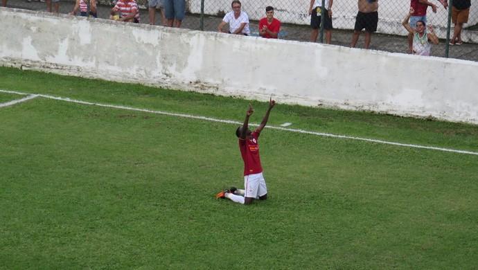 Lucas Lino comemora gol que faz Briosa voltar ao G-8 (Foto: Antonio Marcos)