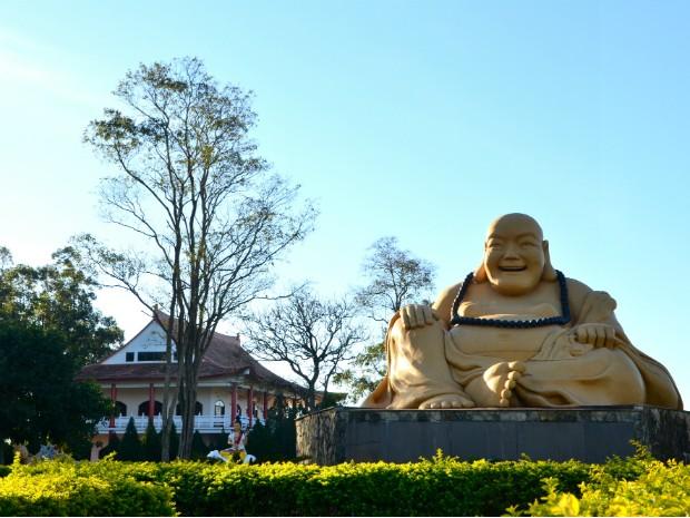 Estátua gigante do buda sentado dá as boas vindas aos visitantes do templo budista de Foz do Iguaçu (Foto: Fabiula Wurmeister / G1)