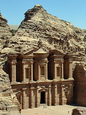 O monastério, fachada esculpida em pedra localizada no topo de uma trilha em Petra, na Jordânia, visto de um mirante  (Foto: Juliana Cardilli/G1)