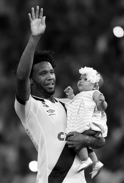É hora de correr para o abraço da filhona Raphaella, não é, Vaz? (Foto: André Durão/GloboEsporte.com)