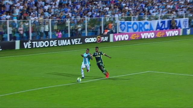 3a2d9a100a  p  Louren ccedil o e Michel Bastos dividem na  aacute rea do Palmeiras.