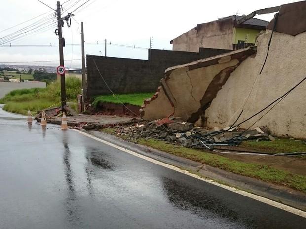 Muro cai após chuva no bairro Jardim do Paço em Sorocaba (Foto: Defesa Civil de Sorocaba)