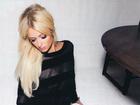 Paris Hilton sensualiza usando meias pretas e ganha elogios
