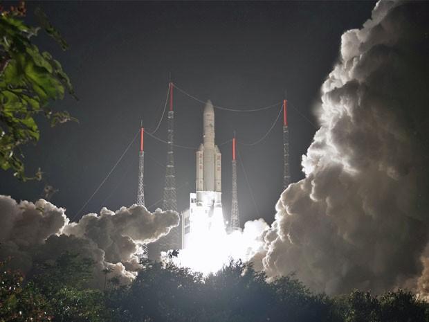 Foto feita em 22 de março deste ano mostra lançamento do foguete Ariane 5 ECA, que transportou ao espaço dois satélites (Foto: ESA/CNES/Arianespace)
