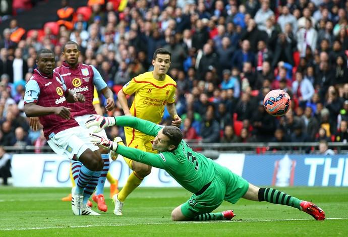Coutinho toca na saída de Given para marcar pelo Liverpool contra o Aston Villa (Foto: Getty Images)