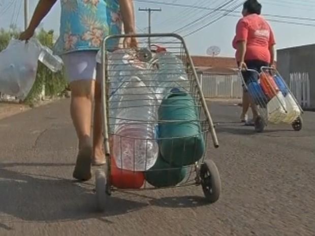 Moradores buscam água em poço para poder cozinhar (Foto: Reprodução/TV TEM)
