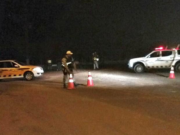 Entrada do presídio está fechada e polícia reforçou a segurança no local (Foto: Quésia Melo/G1)