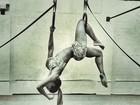 Que elasticidade! Mayra Cardi se pendura e mostra corpão