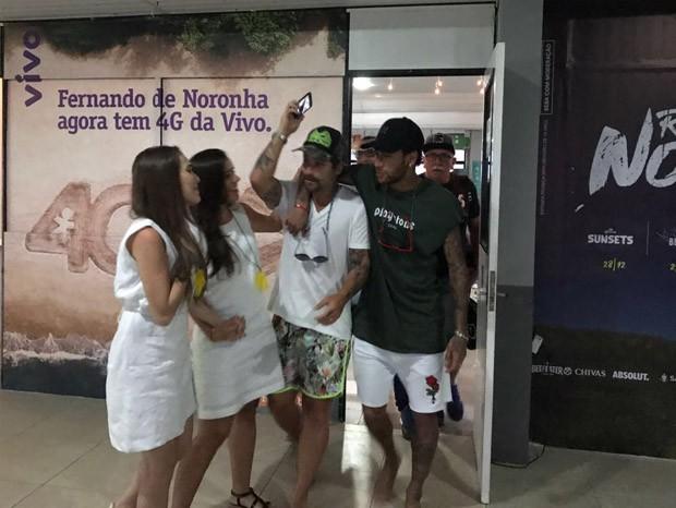 Neymar chega a Noronha e é recebido por Bruno Gagliasso (Foto: Reprodução)