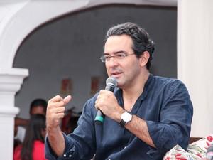 Gabriel Vásquez ressalta jeito de abordar a violência nos seus livros (Foto: Egi Santana/ Flica)