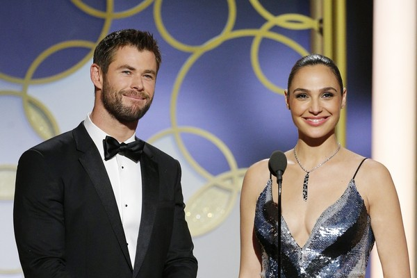 Chris Hemsworth e Gal Gadot apresentando prêmio no Globo de Ouro deste ano (Foto: Getty Images)